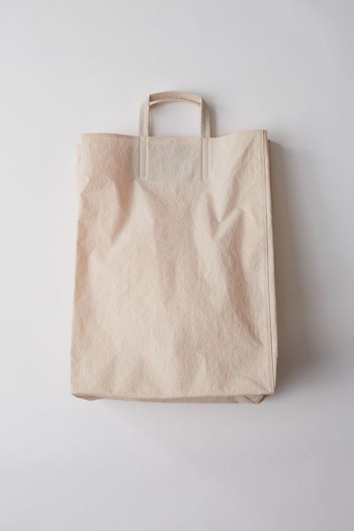 """Acne Studios rosa variant av väskan """"Baker"""". Foto: Acnestudios.com."""