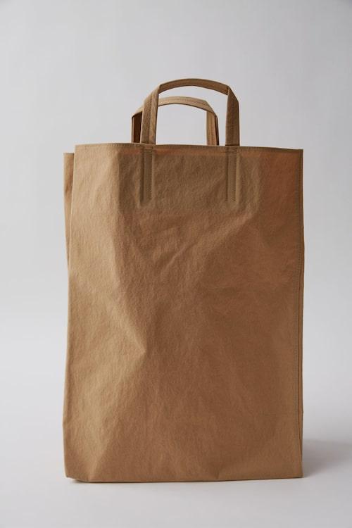 """Acne Studios bruna variant av väskan """"Baker"""". Foto: Acnestudios.com."""