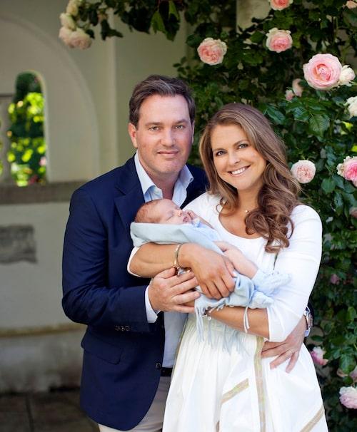 Chris O'Neil och Madeleine med en nyfödd prins Nicolas utanför Solliden Slott 2015.