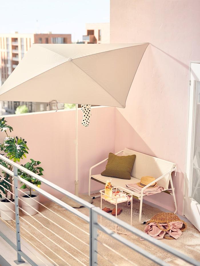 Balkongläge! Soffa Ingmarsö, 699 kr, bord Kryddpeppar, 199 kr, parasoll Tvetö, 179 kr, och fot Huvön, 200 kr, allt från Ikea.