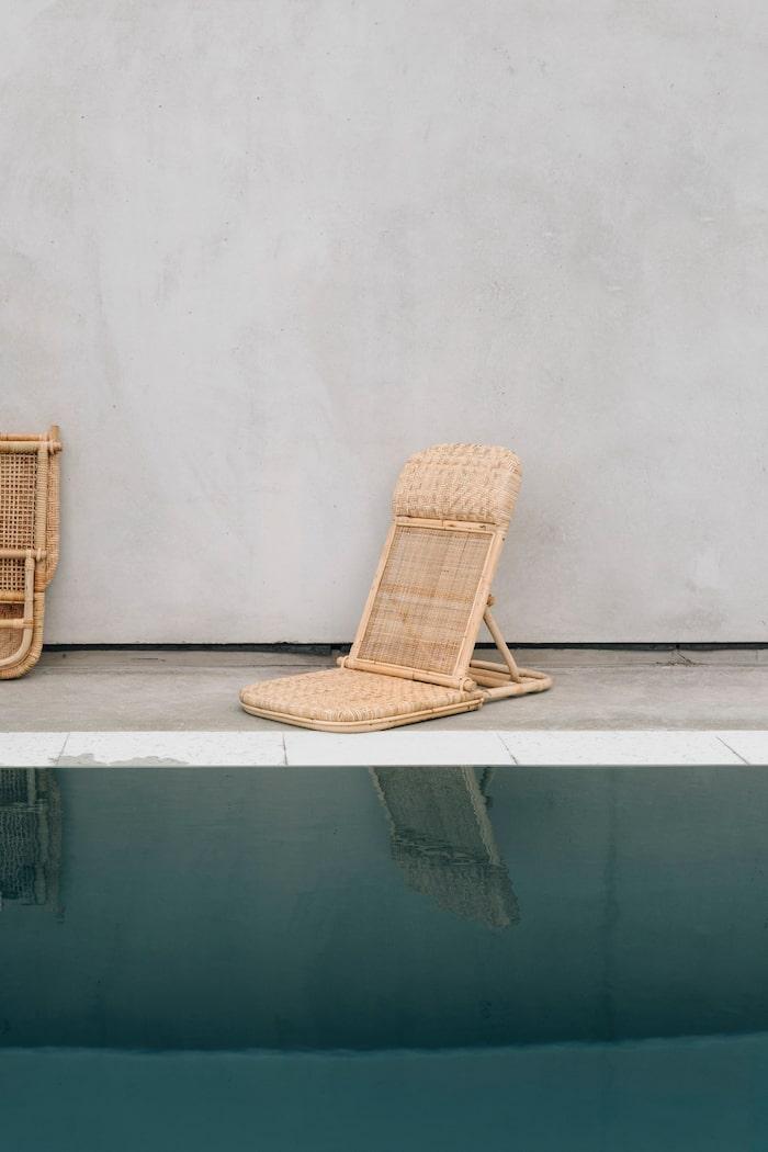 Liten lätt solstol i flätad ekologisk rotting, med tre rygglägen, 1 750 kr, The straw studio.