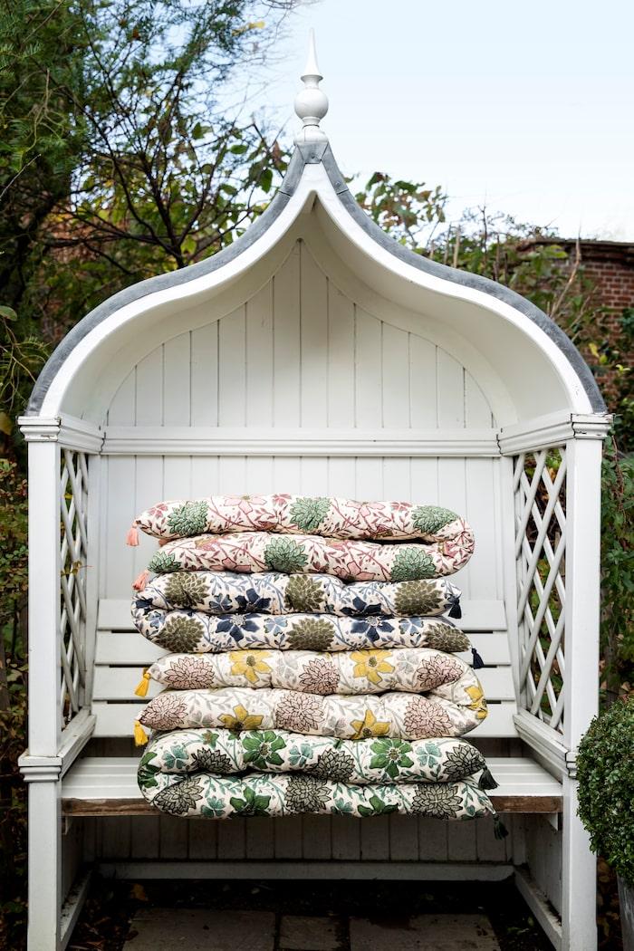 Vila på en blomsteräng, blocktryckta madrasser, längd 180 cm, ca 1 600 kr/st, Bungalow.