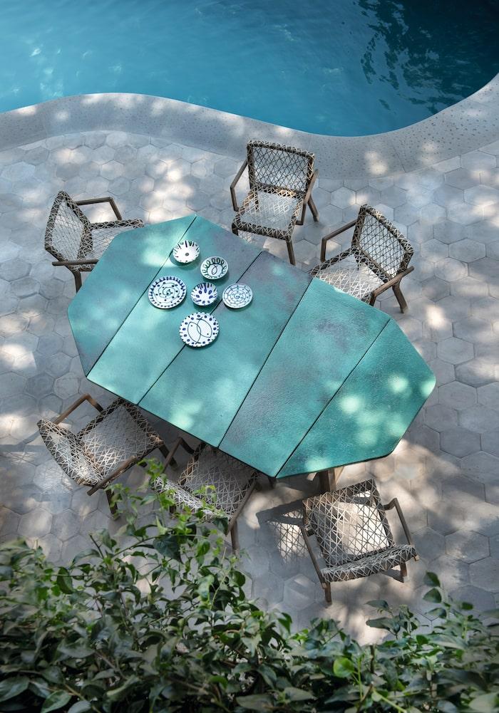 Bord Rafael med emaljerad lavasten, 260 x 250 cm, 100 000 kr, stol, 9 800 kr, båda Ethimo.