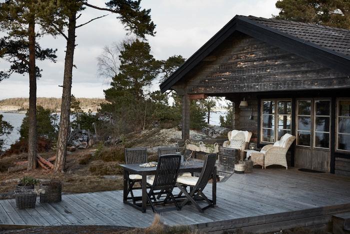 Havet som granne, Claesson Koivisto Rune har skapat huset House of many courtyards, med de många naturnära uteplatserna. Följ naturens enkla skönhet. Svarta eller obehandlade möbler gör sig fint i en karg kustmiljö med tallar och klippor.