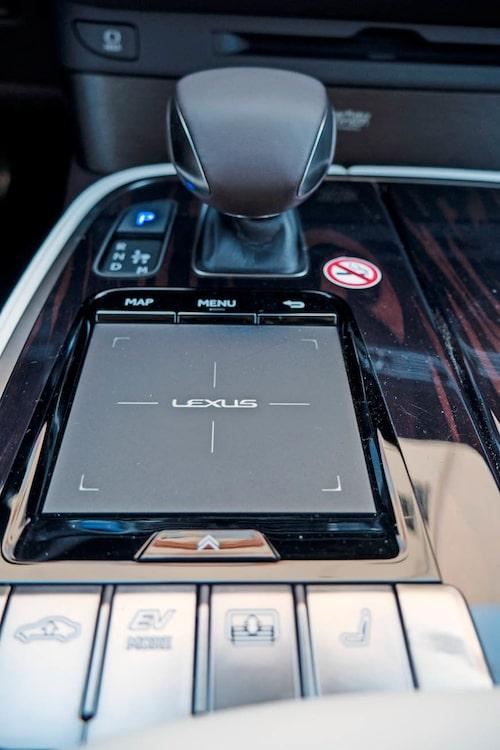 En 12,3 tum stor pekplatta, den används på samma vis som en smartphone.
