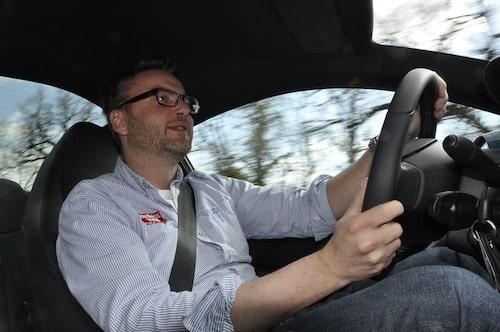 Hans trivs bakom ratten i Peugeot RCZ.