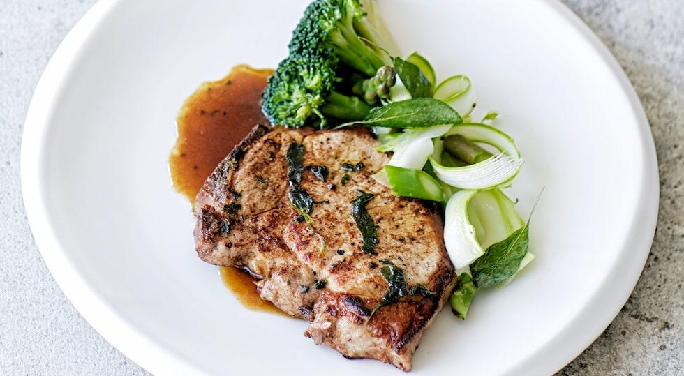Recept av årets kock Johan Backeus på örtstekt fläskkotlett med variation på broccoli och sparris.
