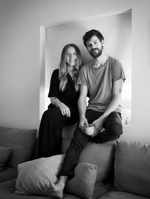 Stilen hos Mikaela Falk och Wilhelm Broman är avskalad, för att lägenheten ska kännas större.