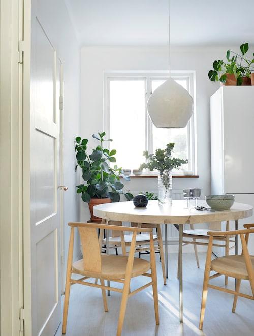 """I köket har Mikaela byggt bordet och gjort lampan. """"Det var en skoluppgift. Jag klädde en rund form med gipsbindor"""", säger Mikaela som läser design och arkitektur på Nyckelviksskolan."""