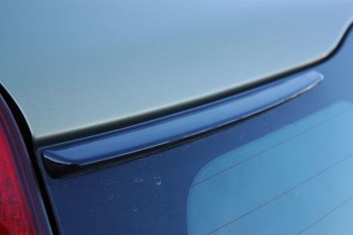 De små spoilervingarna på var sida om bakrutans överkant måste vara monterade för att neutralisera aerodynamiken när bilen är utrustad med takrails.