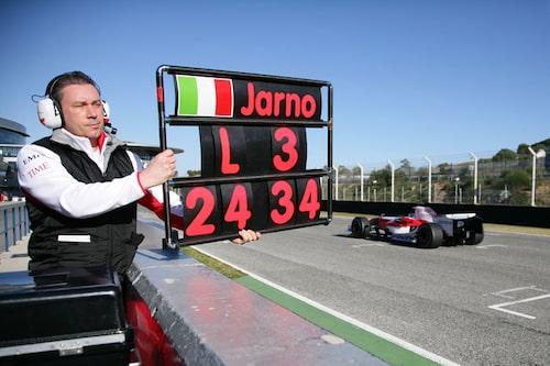 Jarno Trulli passes i TF108, Toyota.