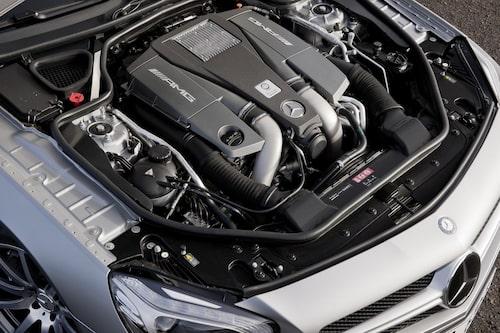 Under huven sitter en V8-motor med dubbla turboaggregat.
