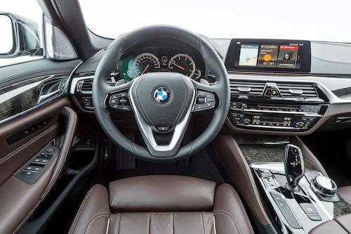 """Förarplatsen är fortfarande högsätet hos BMW. Nytt är fristående 10"""" infoskärm."""