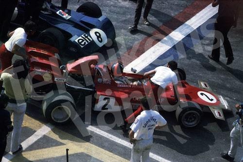 Bild 27. 1971. Emerson Fittipaldi i en Lotus 72 är angelägen om att komma ut på banan före konkurrenten Jackie Stewart i sin Tyrrell 001. Mått 50 x 35 cm.