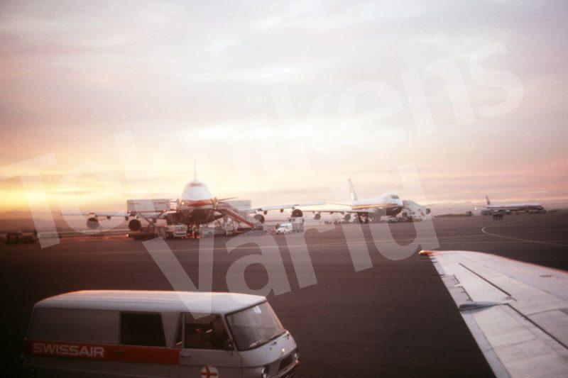 Bild 16. Alltid på väg. Reine blir Swissairs miljonte resenär och förevigar ögonblicket. Mått 50 x 35 cm.