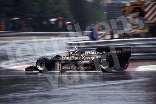 Bild 24. Elio de Angelis i en Lotus 93T på Monacos blöta gator 1983. Mått 50 x 35 cm.