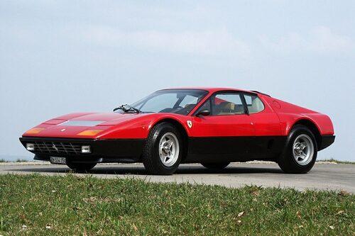 """Ferrari 512 BB, Eric Claptons favoritbil och förebild till hans SP12 EC. Vad tycker du om Claptons special-Ferrari? Är den värd sitt pris? <a href=""""/2012/10/17/35501/eric-claptons-svindyra-ferrari-sp12-ec--nya-bilder-och-intervju/"""" style=""""color: #fd9903; font-weight: bold;"""">Klicka här och säg vad du tycker</a>."""