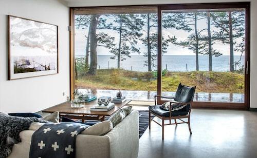 Sofa with a view! Några få meter till, och den tallbevuxna vallen övergår i långgrund sandstrand och hav. Vasen på Wegnerbordet är från Klong och ljusstaken från Georg Jensen.