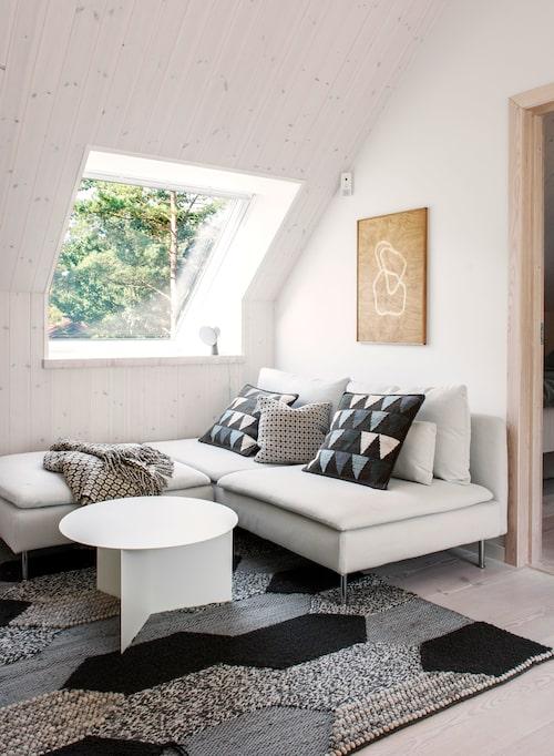 Teverummet på övervåningen: Soffan och mattan är från Ikea och bordet från Hay. Kuddar, Asplund, och pläd med matchande kudde, Mantecas by Burel factory. På väggen konstverk i trä av Joakim Nyström.