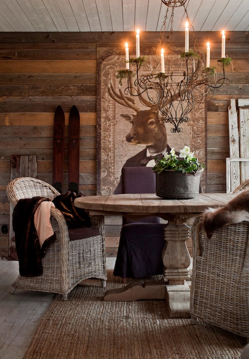 Matplatsen i vardagsrummet består av bord och stolar från Artwood. Takkrona, EB:s country design. Hjorttavla från Hjärterum.