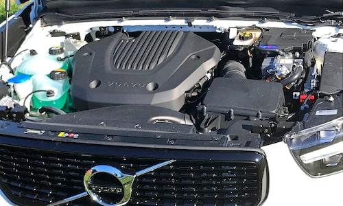 Bensinmotorn får hjälp av bara en elmotor. T8-alternativen till XC90 och XC60 har två.