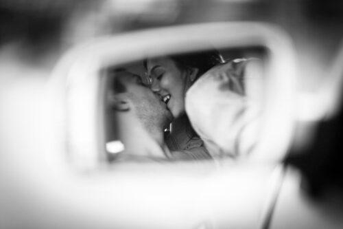 """""""Våra läppar möts, först lite lätt smekande och nafsande, som för att känna lite på varandra."""""""