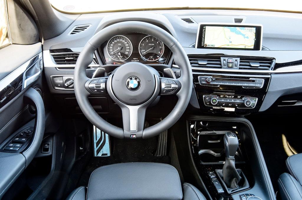 BMW-interiör av mall 1A. Snyggt, funktionellt och dugligt. Men också rätt trist, på något sätt.