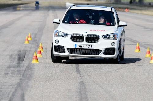 BMW X1 går säkert genom undanmanöverprovet. 77 km/h är ett bra resultat, och när gränsen nås bromsar och understyr den ur konbanan.