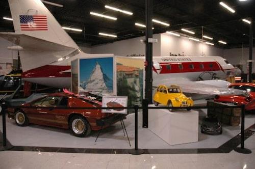 Lotus Esprit Turbo, Lockheed Jetstar och miniversionen av Citroën 2CV som användes i For Your Eyes Only.
