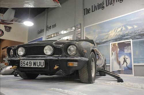 Aston Martin V8 med skidor från The Living Daylights.