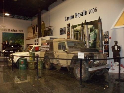 Land Rover som användes i Casino Royale, i bakgrunden syns den Lada Niva som användes i The World is Not Enough.