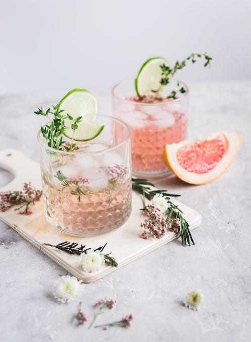 Pimpa drinken lite extra genom att stoppa ner   ätbara blommor.