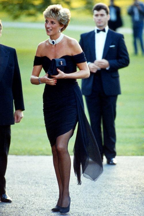 """Originalet: Det var när prinsessan Diana bar den här blåsan som begreppet """"revenge dress"""" föddes."""