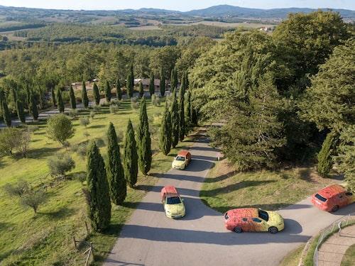 Ett gäng flerfärgade Skodor skådas längs Italiens småvägar.