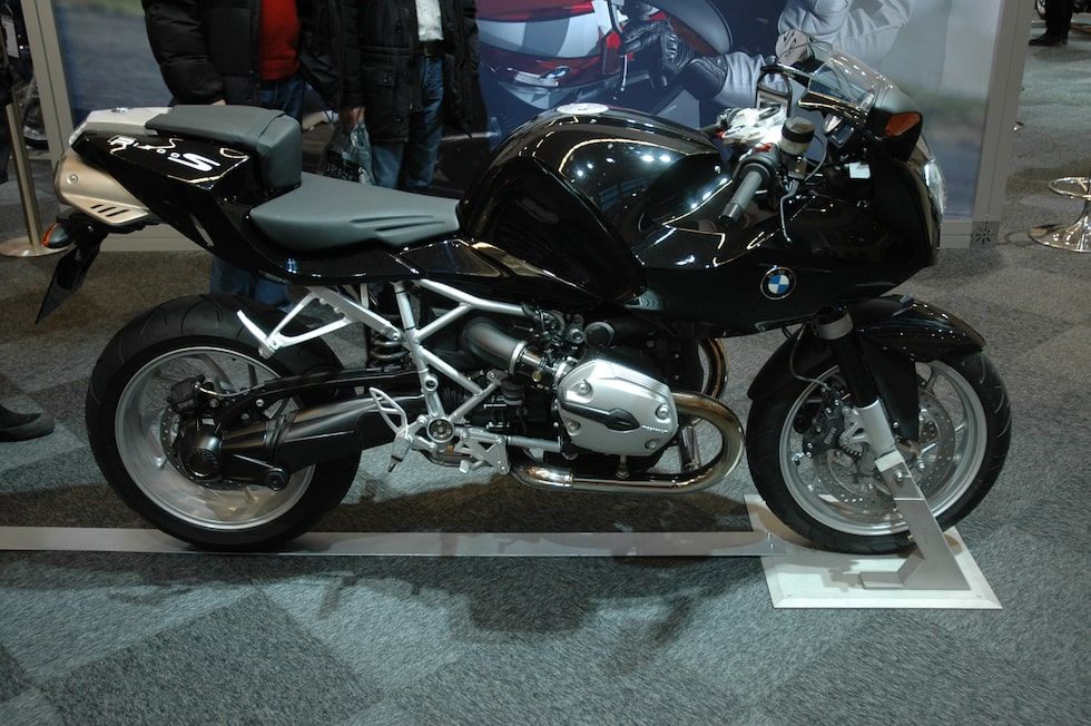 BMW har rykte om sig att göra dyra, tunga och motorsvaga motorcyklar. Men med  nya R1200S visar de upp en ny sida och kan säkert sno åt sig en hel del kunder från japanerna. R1200S väger 223 kilo fulltankad och den luftkylda boxermotorn ger 123 hästar.