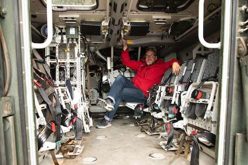 Åtta infanterister sitter väl skyddade i passagerarutrymmet. Hedberg provar sittkomforten.
