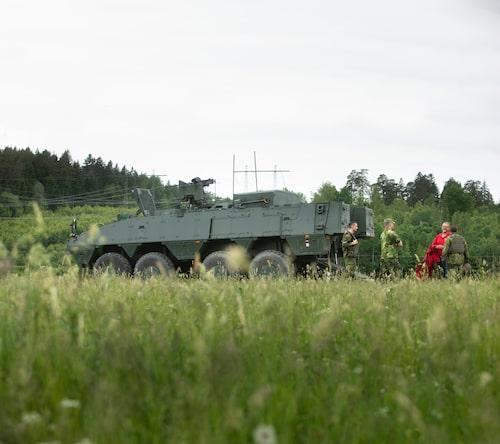 """Besättningen för Patgb 360 består av förare, skytt och vagnchef. Här har """"den lede fi"""" i rött just fångats in."""