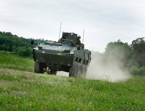 Framåt marsch! Patgb 360 passar svenska Försvarets filosofi med snabba omgrupperingar. Lång räckvidd är en god stridskraft.