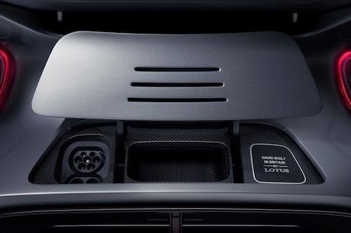 I med kontakten och den handbyggda, brittiska bilen laddar fullt på rekordkort tid, om 800 kW-laddare används.