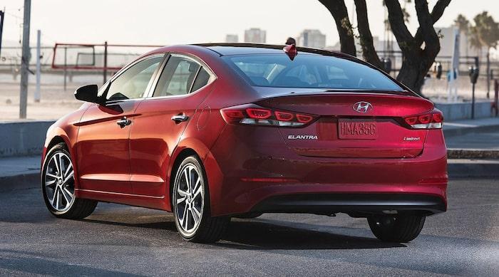 Hyundai Elantra 2016. Svep höger/vänster för jämförelse.