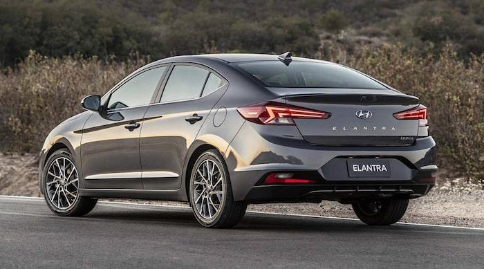 Hyundai Elantra 2019. Svep höger/vänster för jämförelse.