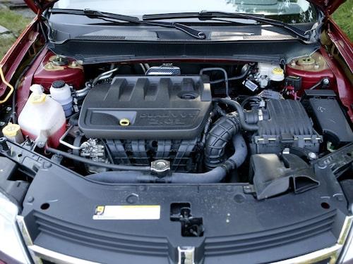 Dodge Avenger har en tvärmonterad fyra vilket känns väldigt oamerikanskt trots att bilen är tillverkad i USA. Tolv hästkrafter fler än hos Epica.