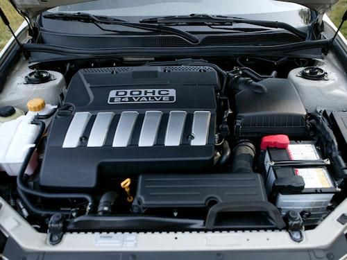 Vår Epica är försedd med den mindre motorn, men den raka sexan går både mjukt och lent. Är dock tämligen orkeslös under 2500 r/min och levererar max 144 hästkrafter.