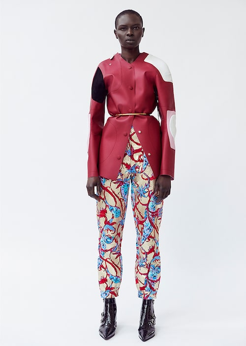 Jacka av tekniska textilier, 28000 kr, byxor av bomull/silke, 19000 kr, skärp av metall,