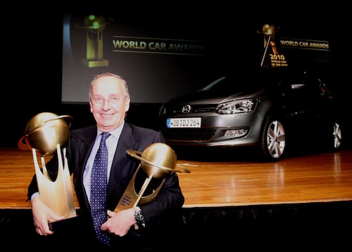 Walter de Silva har fått ta emot många bucklor genom åren. Här med priserna för World Car of the Year 2010 då Volkswagen Polo vann utmärkelsen. En annan av de Silvas skapelser, Audi A5, fick se sig slagen av Polo vid målsnöret.