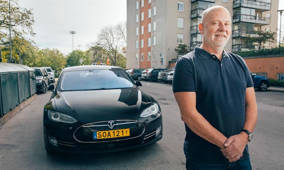 På totalt 120000 mil har Michael Lindblads taxiåkeri råkat ut för fyra batteritorsk. Det gäller att hålla koll på procenten. Bli ståendes med elbil är besvärligt.