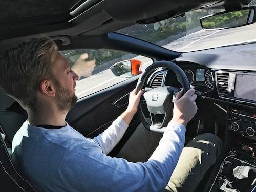 Med framhjulsdrift och manuell växellåda känns Cupran som en väldigt snabb bil.