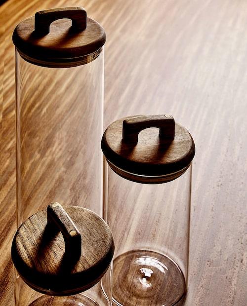Förvaringsburkar i glas med lock av akaciaträ och mässingsdetaljer.