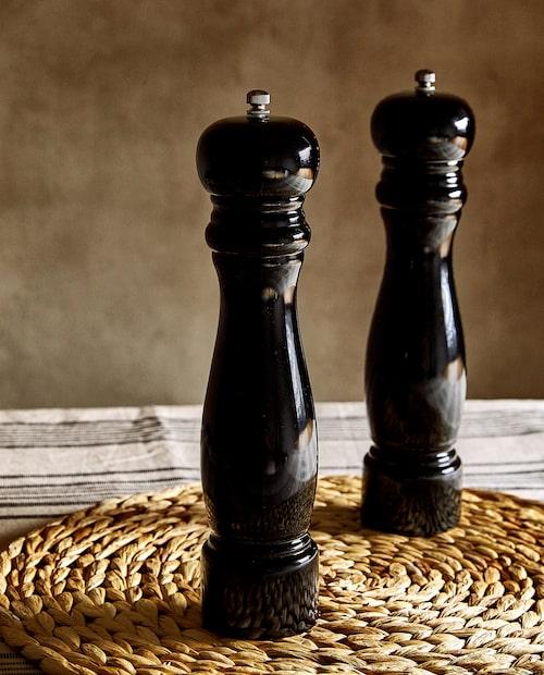 Salt- och pepparkar i klassiskt form med trästruktur och skruvkork.