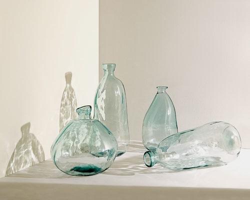 Flaskor tillverkade av 100 % återvunnet glas.